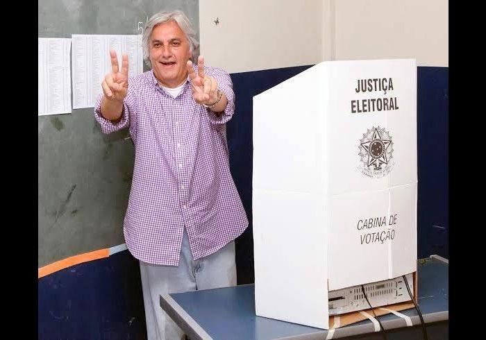 5.out.2014 - O candidato ao governo do Mato Grosso do Sul Delcídio Amaral (PT) posa para foto após votar em Corumbá, interior do Estado. Delcídio é o favorito na disputa ao governo, com 39% das intenções de votos, seguido por Reinaldo Azambuja, com 33%, e Nelsinho Trad, com 13%, segundo pesquisa Ibope divulgada no sábado (4)