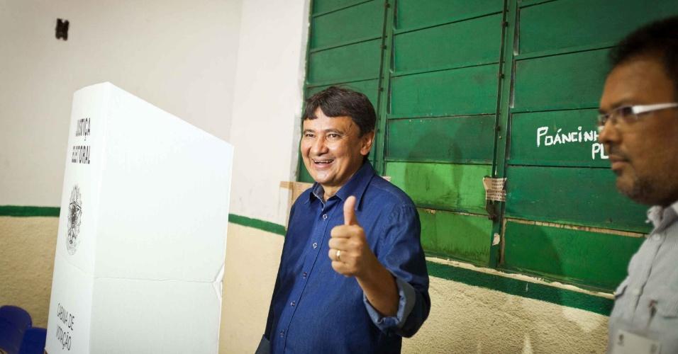 5.out.2014 - O candidato ao governo do Piauí pelo PT, Wellington Dias, votou na cidade de Teresina, na manhã deste domingo (5). Dias lidera as pesquisas de intenção de voto, segundo o Datafolha