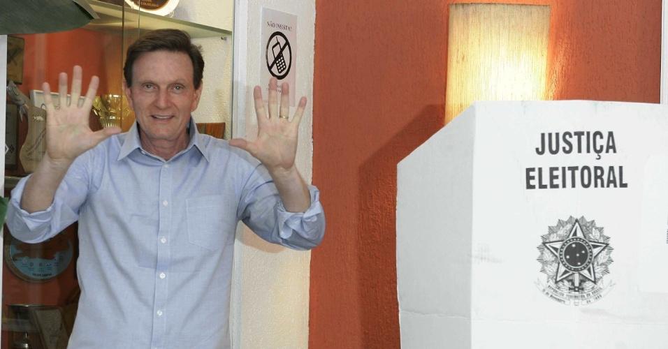 5.out.2014 - O candidato ao Governo do Rio de Janeiro pelo PRB, Marcelo Crivella, votou na manhã deste domingo (5), no clube Marimbas, em Copacabana, zona sul do Rio. Crivella está em terceiro lugar nas pesquisas de intenção de voto, segundo o Datafolha