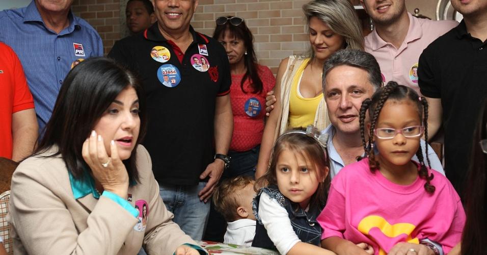 5.out.2014 - O candidato ao governo do Rio pelo PR, Anthony Garotinho, toma café com a família antes de votar na manhã deste domingo, em Campos dos Goytacazes. Garotinho tem 25% das intenções de voto, segundo o Datafolha