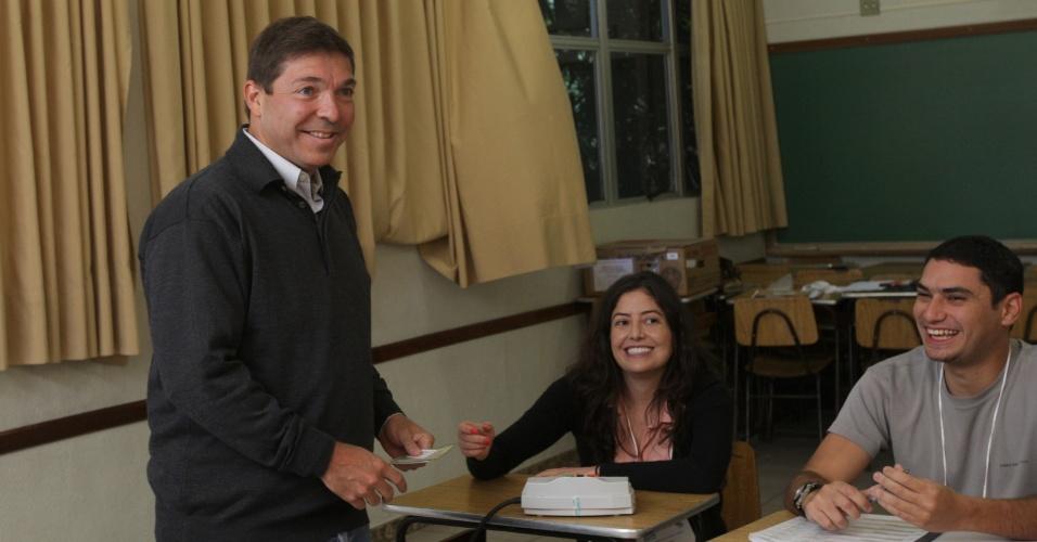 5.out.2014 - O candidato ao Senado, Josué Alencar (PMDB), votou neste domingo (5), em sua seção eleitoral o colégio Santa Doroteia Sion, em Belo Horizonte, Minas Gerais. De acordo com pesquisa Ibope divulgada neste sábado (4), Antonio Anastasia (PSDB) tem 50% da intenção de votos e Josué Alencar (PMDB) possui 24%