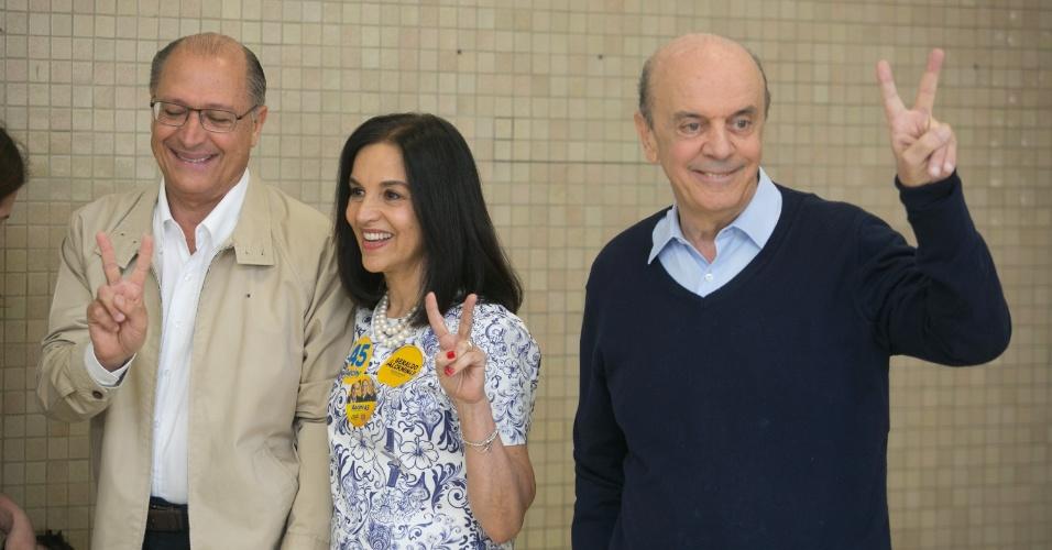 5.out.2014 - O candidato ao Senado pelo PSDB, José Serra, acompanhou o governador Geraldo Alckimin, candidato a reeleição, durante a votação na a escola Santo Américo no bairro do Morumbi, na capital paulista