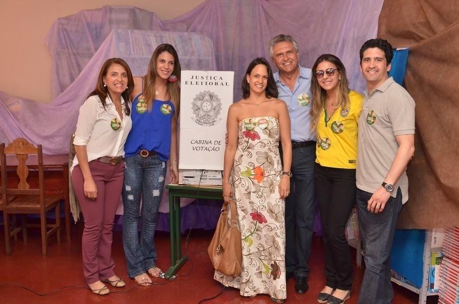 5.out.2014 - O candidato ao Senado por Goiás Ronaldo Caiado (DEM, de azul) posa para foto ao lado da família depois de votar. O deputado federal, líder do DEM no Congresso, está na frente na disputa, com 56% das intenções de voto, segundo pesquisa Ibope divulgada no sábado (4)