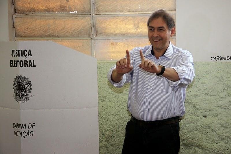 5.out.2014 - O candidato ao Senado por Mato Grosso do Sul Alcides Bernal (PP) vota em Campo Grande, na manhã de domingo. O candidato foi derrotado na disputa pela adversária Simone Tebet (PMDB), eleita nova senadora sul-mato-grossense