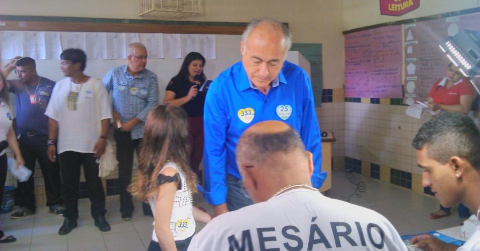 5.out.2014 - O candidato do DEM ao governo do Acre, Tião Bocalom, votou na manhã deste domingo (5) na escola Serafim Salfado, em Sobral, Rio Branco. Ele é o segundo colocado da disputa, com 23% das intenções de voto, segundo última pesquisa Ibope