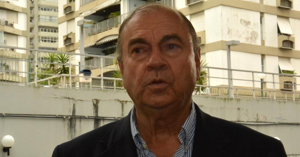 5.out.2014 - O candidato do DEM ao Senado pelo Rio de Janeiro, Cesar Maia, conversa com jornalistas na zona sul do Rio, neste domingo (5). As pesquisas apontam que o candidato Romário (PSB) deve ser eleito no Estado