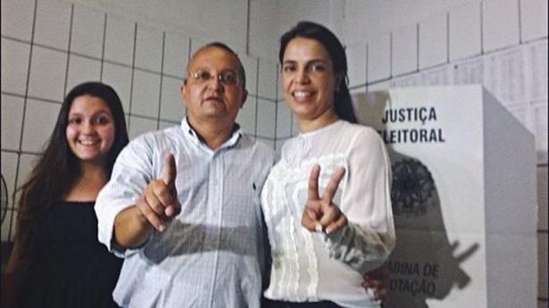 5.out.2014 - O candidato do PDT ao governo de Mato Grosso, Pedro Taques, votou por volta das 10h30 deste domingo (5) no Ginásio Aecim Tocantins, em Cuiabá. Taques lidera as pesquisas de intenção de voto, segundo o Ibope
