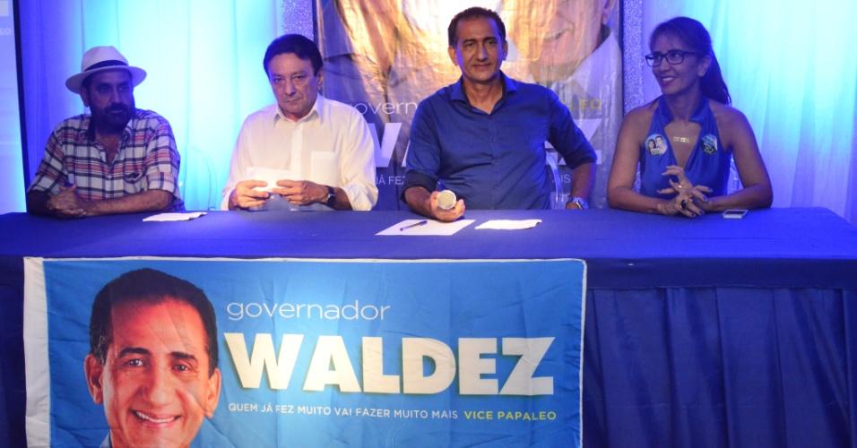 5.out.2014 - O candidato do PDT ao governo do Amapá, Waldez Góes, comemorou que irá para o segundo turno das eleições para o governo do Estado, durante coletiva de imprensa, neste domingo (5)