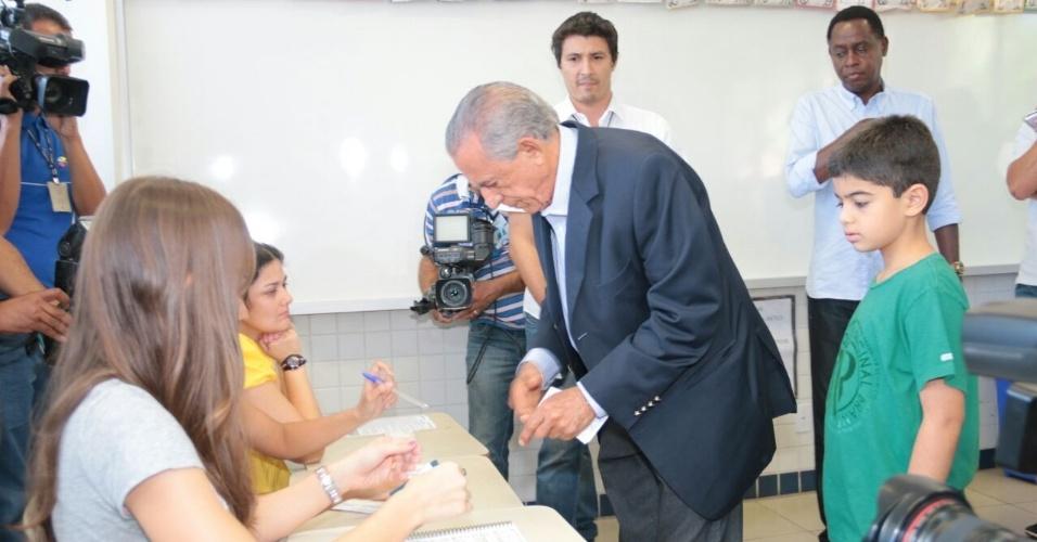 5.out.2014 - O candidato do PMDB ao governo de Goiás, Iris Rezende, votou às 10h10 deste domingo (5) no Colégio Marista, no Setor Marista, em Goiânia. Ele chegou acompanhado por familiares e assessores. Íris está em segundo lugar nas pesquisas, com 28% das intenções de voto, atrás do candidato à reeleição Marconi Perillo (PSDB), com 42%, segundo pesquisa Ibope divulgada na quarta-feira (1)