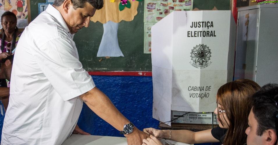 5.out.2014 - O candidato do PMDB ao governo do Piauí, Zé Filho, vota por biometria na escola Darcy Araújo, em Parnaíba, sua cidade natal, no norte do Estado, neste domingo (5). De acordo com a última pesquisa do Ibope divulgada na quinta-feira (2), Filho é o segundo colocado do pleito com 29% das intenções de voto. A margem de erro da pesquisa é de três pontos percentuais, para mais ou para menos