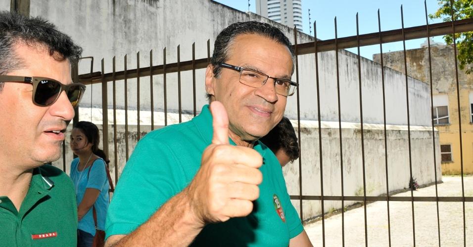 5.out.2014 - O candidato do PMDB ao governo do Rio Grande do Norte, Henrique Alves, comparece para votar na Fundação José Augusto, na zona leste de Natal. Ele aparece em primeiro lugar nas pesquisas de intenção de voto divulgadas na última semana, com 40% dos votos válidos. Robinson Faria (PSD) aparece com 33%