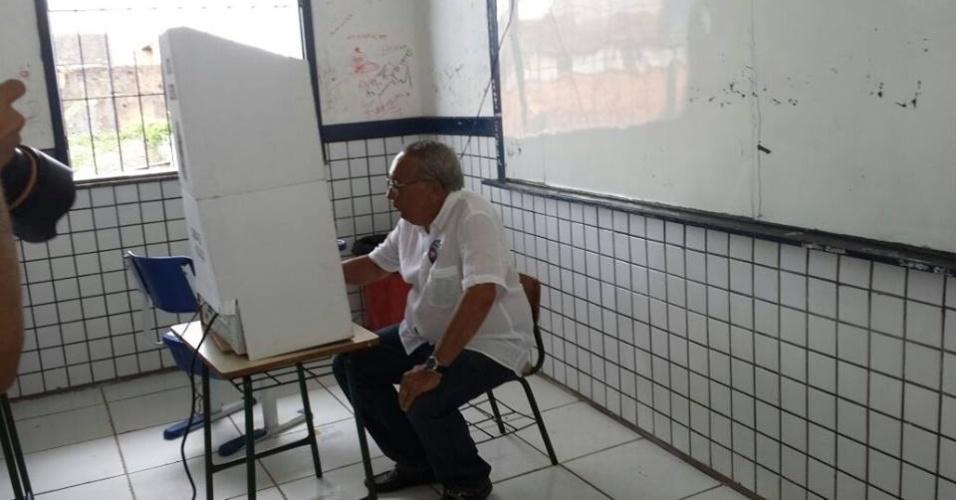 5.out.2014 - O candidato do PMDB ao Senado pelo Maranhão, Gastão Vieira, vota em escola, neste domingo (5). De acordo com a última pesquisa do Ibope divulgada na quinta-feira (20), Vieira é o primeiro colocado do pleito com 26% das intenções de voto, mas tecnicamente empatado com Roberto Rocha (PSB). A margem de erro da pesquisa é de três pontos percentuais, para mais ou para menos