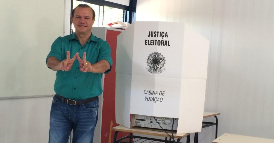 5.out.2014 - O candidato do PR ao Senado por Mato Grosso, Wellington Fagundes, vota em seção eleitoral, neste domingo (5)