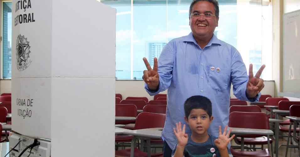 5.out.2014 - O candidato do PSB ao Senado pelo Maranhão, Roberto Rocha, vota com o neto, neste domingo (5). De acordo com a última pesquisa do Ibope divulgada na quinta-feira (20), Rocha aparece tecnicamente empatado com Gastão Vieira (PMDB) e tem 24% das intenções de voto. A margem de erro da pesquisa é de três pontos percentuais, para mais ou para menos