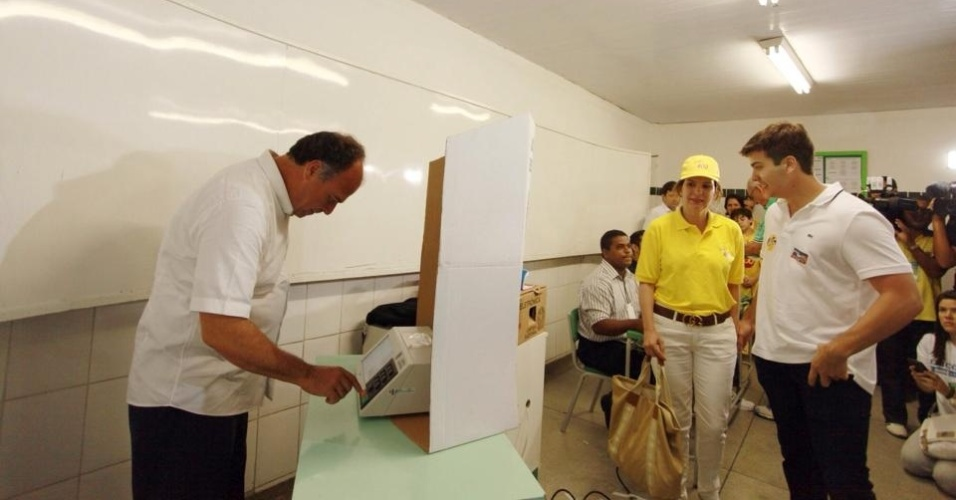 5.out.2014 - O candidato do PSB ao Senado por Pernambuco, Fernando Bezerra Coelho, vota no colégio Boa Viagem, em Recife, neste domingo (5). Segundo pesquisa Datafolha divulgada neste sábado (4), Fernando Bezerra tem 52% das intenções de voto. A margem de erro da pesquisa é de dois pontos percentuais, para mais ou para menos