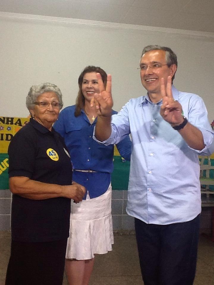 5.out.2014 - O candidato do PSC ao governo de Sergipe, Eduardo Amorim, faz sinal de vitória com as mãos depois de votar, em Itabaiana, sua cidade natal, no interior do Estado. 'Acabei de depositar meu voto, aqui em Itabaiana, para a construção de um Novo Sergipe. Vamos juntos irmanados aguardar esse grande momento', escreveu em sua página no Facebook. Amorim aparece com 42% dos votos válidos em pesquisa Ibope divulgada neste sábado (4), atrás do governador Jackson Antunes (PMDB), que tem 55% dos votos válidos