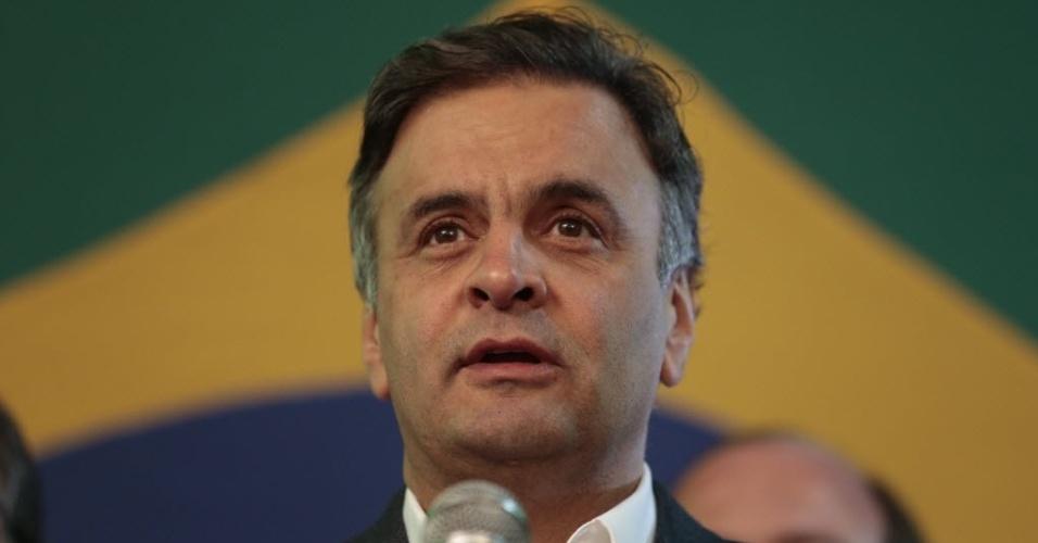 5.out.2014 - O candidato do PSDB à Presidência da República, Aécio Neves, fala sobre resultado do primeiro turno das eleições, na noite deste domingo. Com 35,63% dos votos, ele foi para o segundo turno com a presidente e candidata à reeleição Dilma Rousseff (PT), que teve 41,53% dos votos. Aécio ultrapassou Marina Silva (PSB), segunda colocada nas pesquisas, de quem disse esperar declaração de apoio