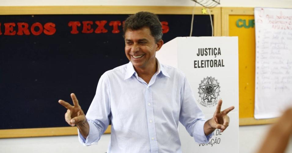 5.out.2014 - O candidato do PSDB ao governo de Rondônia, Expedito Júnior, fez sinal de vitória após votar na manhã deste domingo (5) na escola estadual Cândido Portinari, em Rolim de Moura, no interior de Rondônia. Eles está em segundo lugar na disputa, com 31% das intenções de votos válidos, segundo pesquisa Ibope divulgada no dia 3 de outubro