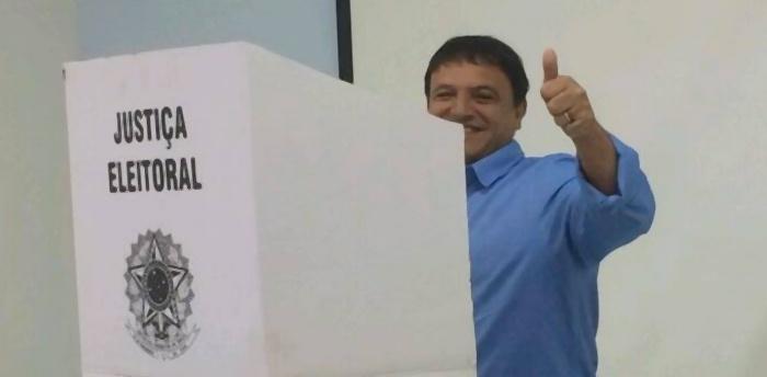 5.out.2014 - O candidato do PSDB ao governo do Acre, Márcio Bittar, votou na manhã deste domingo (5) em uma zona eleitoral na Unopar (Universidade Norte do ParanáUnopar), em Rio Branco. Em sua página no Facebook, o tucano afirmou estar confiante de que disputará o segundo turno com o atual governador e candidato à reeleição, Tião Viana (PT)