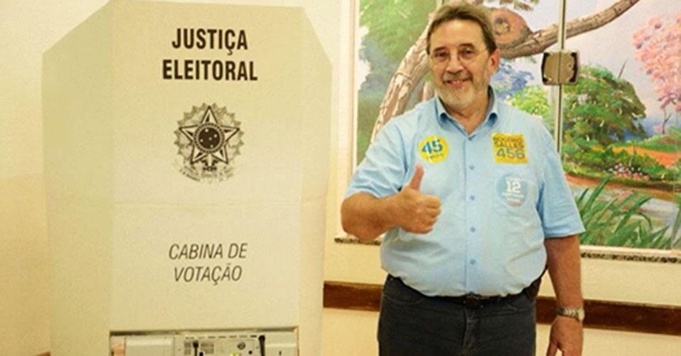 5.out.2014 - O candidato do PSDB ao Senado pelo Mato Grosso, Rogério Salles, vota na escola Estruturalista, no bairro de Santa Cruz, em Rondonópolis, neste domingo (5). Segundo pesquisa Datafolha divulgada nesta sexta-feira (3), Salles está em segundo lugar na disputa eleitoral com 31% das intenções de voto. A margem de erro da pesquisa é de três pontos percentuais, para mais ou para menos