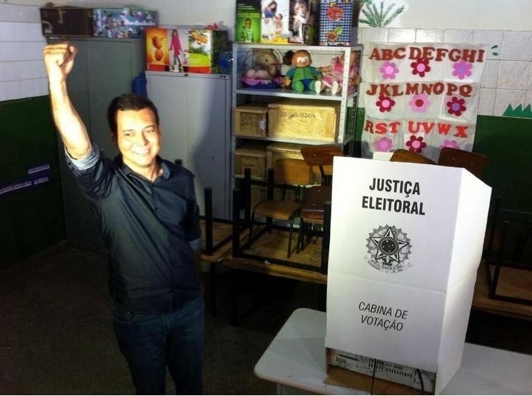 5.out.2014 - O candidato do PT ao governo de Mato Grosso, Lúdio Cabral, votou na manhã deste domingo (5), no Bairro Canjica, em Cuiabá. Lúdio está em segundo lugar nas pesquisas, atrás do candidato Pedro Taques (PDT), segundo a pesquisa Ibope