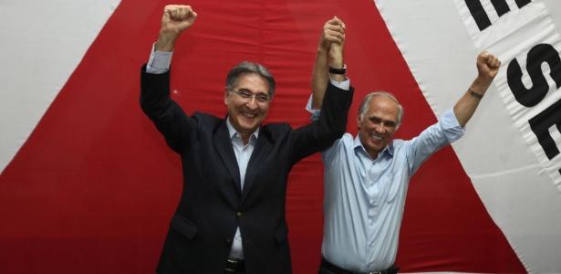 Fernando Pimentel (à esq.) comemora a vitória ao lado do vice, Antonio Andrade (PMDB)