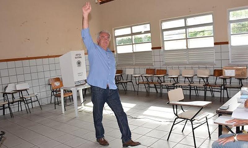 5.out.2014 - O candidato do PT ao Senado pela Bahia, Otto Alencar, votou logo cedo na escola Carneiro Ribeiro, no município de Ruy Barbosa. Pelas pesquisas, Otto teria 47% das intenções de votos válidos e Geddel Vieira (PMDB), 43%