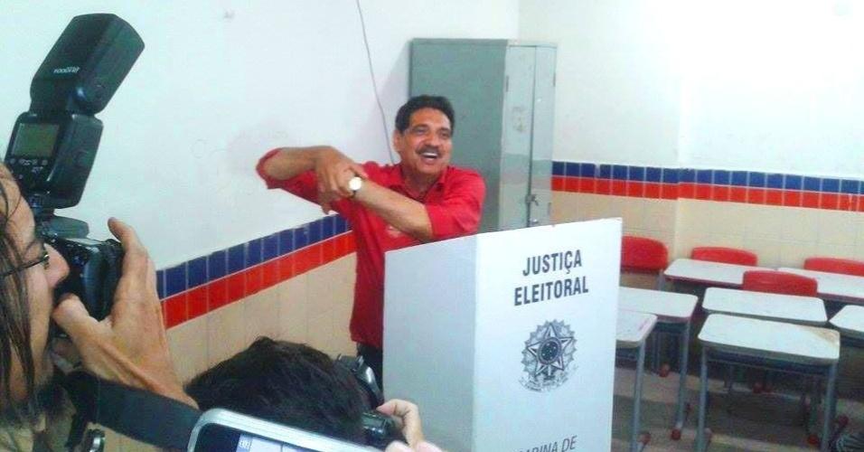 5.out.2014 - O candidato do PT ao Senado por Pernambuco, João Paulo, vota no colégio Rochael de Medeiros, em Recife, neste domingo (5). Segundo pesquisa Datafolha divulgada neste sábado (4), João Paulo tem 45% das intenções de voto, e fica atrás de Fernando Bezerra (PSB), que tem 52%. A margem de erro da pesquisa é de dois pontos percentuais, para mais ou para menos