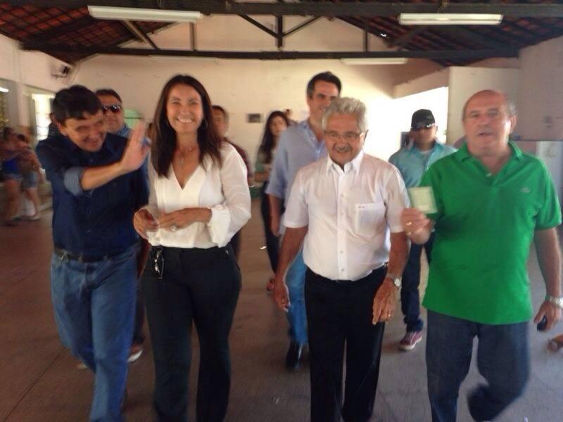 5.out.2014 - O candidato do PTB ao Senado pelo Piauí, Elmano Férrer, mais conhecido como O Veín Trabalhador, chega na seção eleitoral para votar, neste domingo (5). De acordo com a última pesquisa do Ibope divulgada na quinta-feira (2), Férrer é o primeiro colocado do pleito com 54% das intenções de voto. A margem de erro da pesquisa é de três pontos percentuais, para mais ou para menos