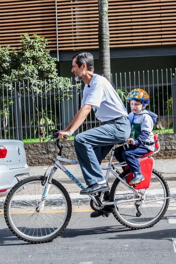 5.out.2014 - O candidato do PV à Presidência da República, Eduardo Jorge foi de bicicleta, acompanhado por seu neto, votar na zona sul de São Paulo. Jorge tem 1% das intenções de voto