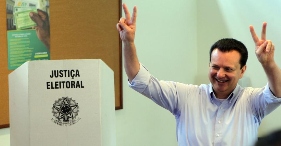 5.out.2014 - O ex-prefeito de São Paulo e candidato ao Senado Gilberto Kassab (PSD), vota no Colégio Santa Cruz, na capital paulista, neste domingo (5)