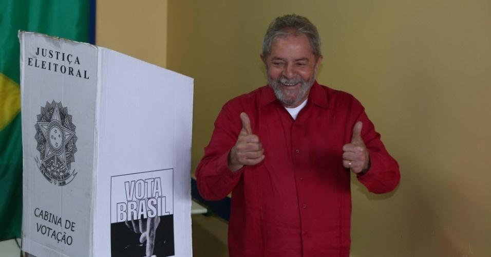 5.out.2014 - O ex-presidente da República, Luiz Inácio Lula da Silva (PT) vota em São Bernardo do Campo, nas eleições desse domingo (50