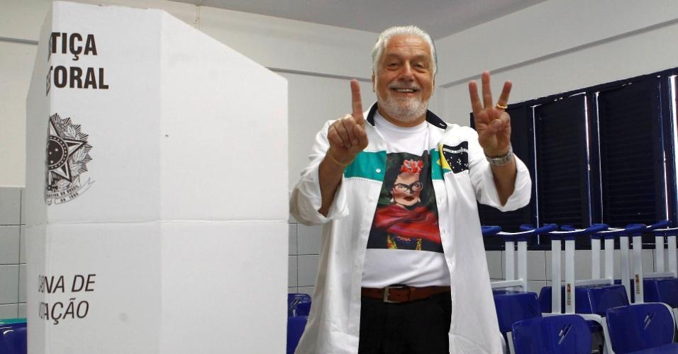 5.out.2014 - O governador da Bahia, Jaques Wagner (PT), votou na escola municipal Lídia Coelho Pinto, em Arembepe, na cidade de Camaçari, neste domingo (5). Pelas últimas pesquisas, ele não conseguirá eleger seu sucessor, Rui Costa, que tem 27% das intenções de voto nas pesquisas. A disputa pode ser decidida no primeiro turno