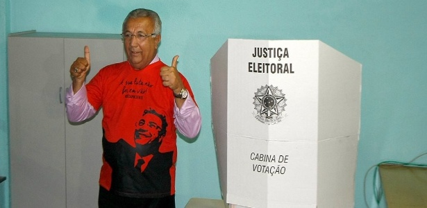 O governador reeleito Jackson Barreto (de rosa) discursa durante campanha
