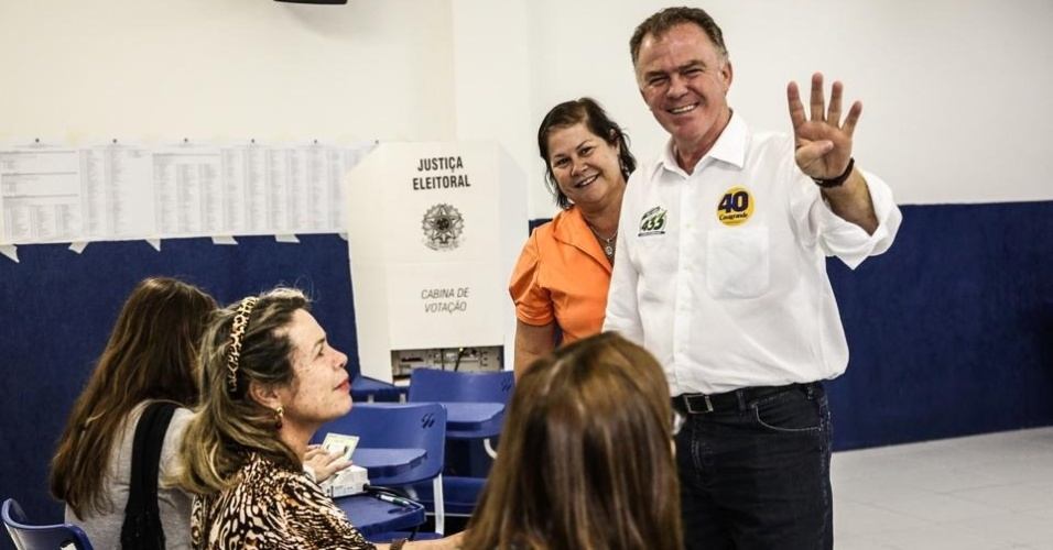 5.out.2014 - O governador do Espírito Santo e candidato à reeleição pelo PSB, Renato Casagrande, vota no colégio Darwin, em Vitória, capital do Estado. De acordo com a pesquisa Ibope divulgada na sexta-feira (3), Casagrande tem 37% dos votos válidos, contra 52% do candidato do PMDB, Paulo Hartung