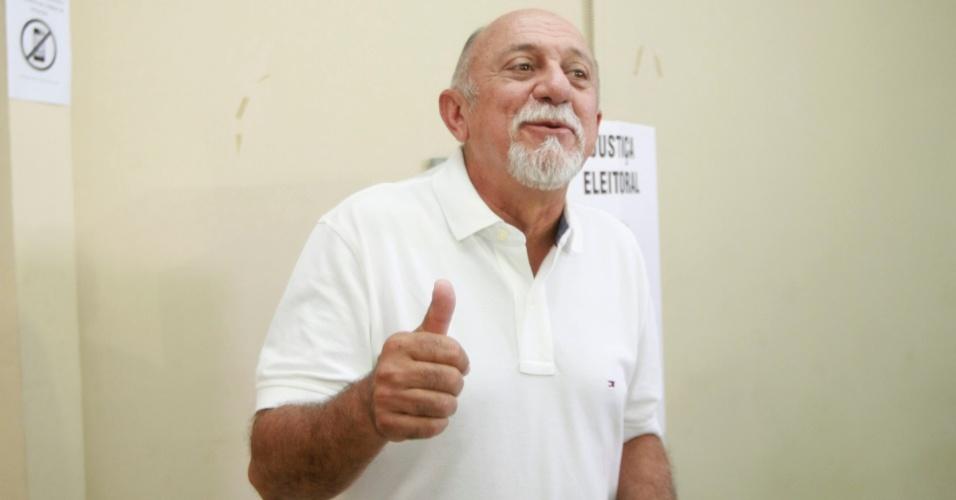 5.out.2014 - O governador do Pará candidato à reeleição, Simão Jatene (PSDB), votou na Secretaria de Educação, em Belém, neste domingo (5), primeiro turno das eleições 2014. Helder Barbalho (PMDB) e Simão estão empatados com 40% das intenções de voto na disputa ao governo do Pará, segundo pesquisa Ibope