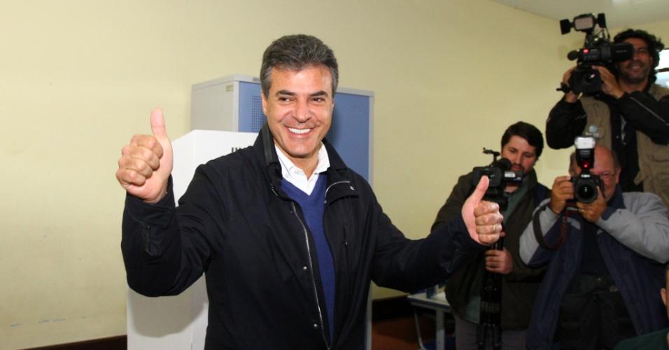 5.out.2014 - O governador do Paraná e candidato a reeleição pelo PSDB, Beto Richa, votou na manhã deste domingo (5) no bairro Jardim Social, em Curitiba. Richa lidera as pesquisas de intenção de voto, segundo o Datafolha