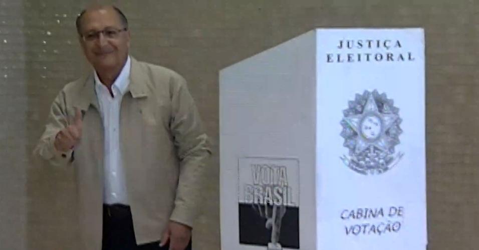5.out.2014 - O governador e candidato à reeleição em São Paulo, Geraldo Alckmin (PSDB), votou na manhã deste domingo (5), no Colégio Santo Américo, no Morumbi. Pesquisa Datafolha divulgada neste sábado (4) mostrou que Alckmin pode vencer as eleições para o governo de São Paulo no primeiro turno. O candidato lidera com 59% dos votos válidos, seguido de Paulo Skaf (PMDB), que está com 24%, e Alexandre Padilha (PT), que tem 13%