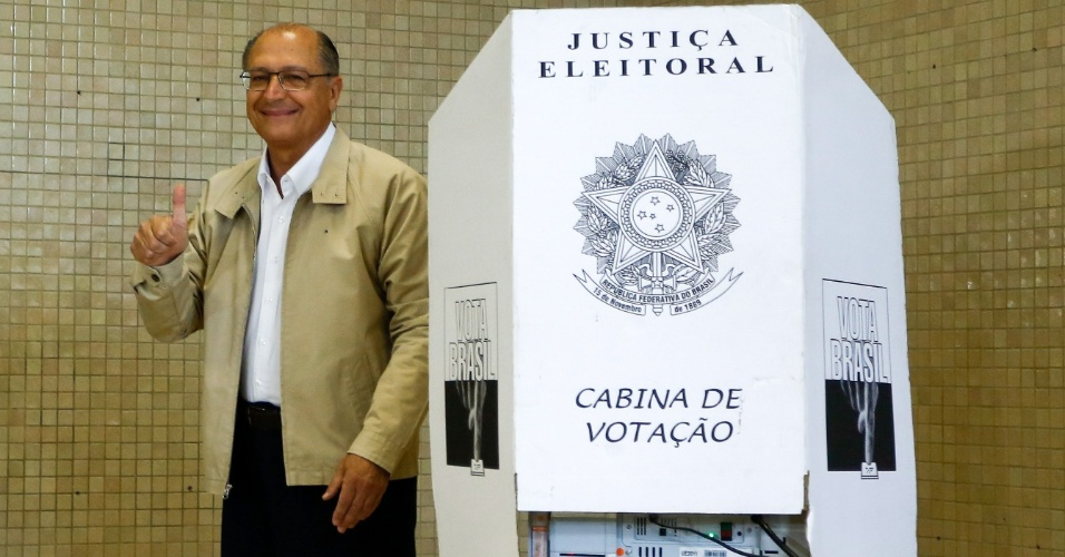 5.out.2014 - O governador e candidato à reeleição em São Paulo, Geraldo Alckmin (PSDB), votou neste domingo (5), no Colégio Santo Américo, no Morumbi. Pesquisa Datafolha divulgada neste sábado (4) mostrou que Alckmin pode vencer as eleições para o governo de São Paulo no primeiro turno, com 59% dos votos válidos. Ele havia dito que apresentaria um programa para o próximo mandato, mas isso não ocorreu