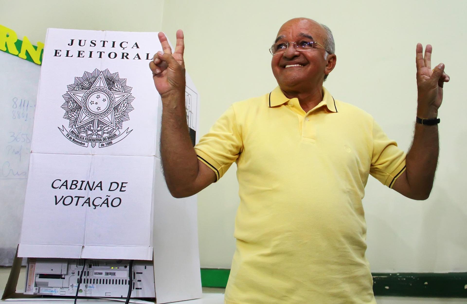 5.out.2014 - O governador e candidato a reeleição, José Melo (PROS) vota no colégio Ângelo Ramazotti, em Manaus (AM), neste domingo (5). O governador estava acompanhado do vice, Henrique Oliveira (PR), e de Omar Aziz (PSD), candidato ao Senado pela coligação