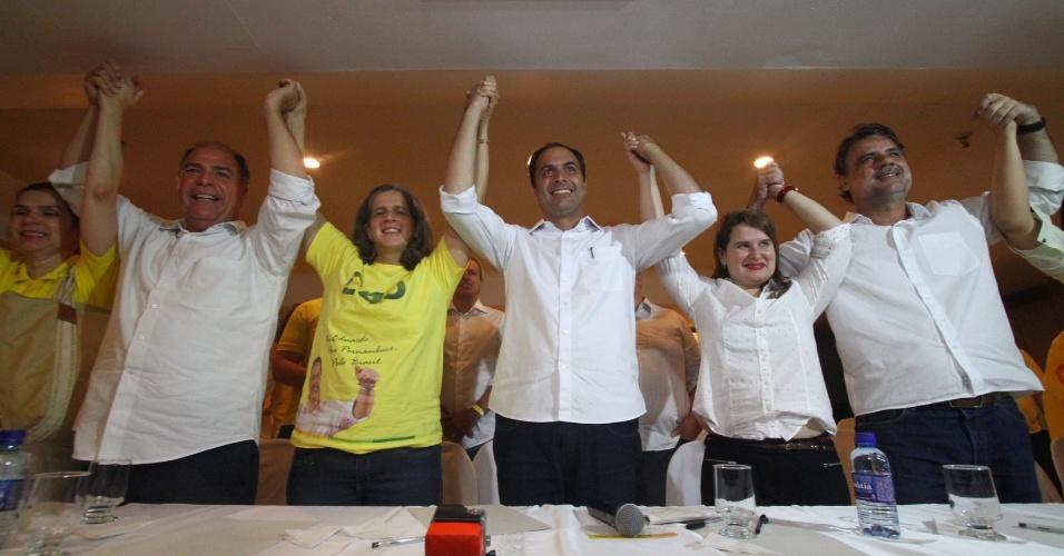 5.out.2014 - O governador eleito de Pernambuco, Paulo Câmara (PSB), comemora vitória no primeiro turno ao lado de Renata Campos, mulher de Eduardo Campos, candidato à Presidência que morreu em acidente de avião em agosto deste ano. Ele venceu o pleito com 68,09% dos votos, contra 31,05% de Armando Monteiro (PTB). Do lado esquerdo de Renata, está o senador eleito, Fernando Bezerra Coelho (PSB), que teve 64,36% dos votos