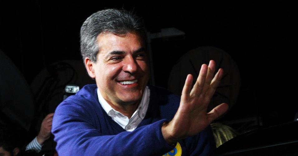 5.out.2014 - O governador reeleito do Paraná, Beto Richa (PSDB), chega a sede do Tribunal Regional Eleitoral do Paraná (TRE-PR), para discursar após a sua vitória no primeiro turno das eleições, em Curitiba, capital do Estado. Beto Richa, 49, derrotou o senador e ex-governador do Estado Roberto Requião (PMDB) e a senadora e ex-ministra da Casa Civil Gleisi Hoffmann (PT). O candidato do PSDB venceu a disputa com 55,67% dos votos válidos no primeiro turno, contra 27,56% do peemedebista e 14,87% da petista. Na disputa pela vaga do Estado paranaense no Senado, o vencedor foi o também tucano Álvaro Dias, reeleito para mais um mandato de oito anos