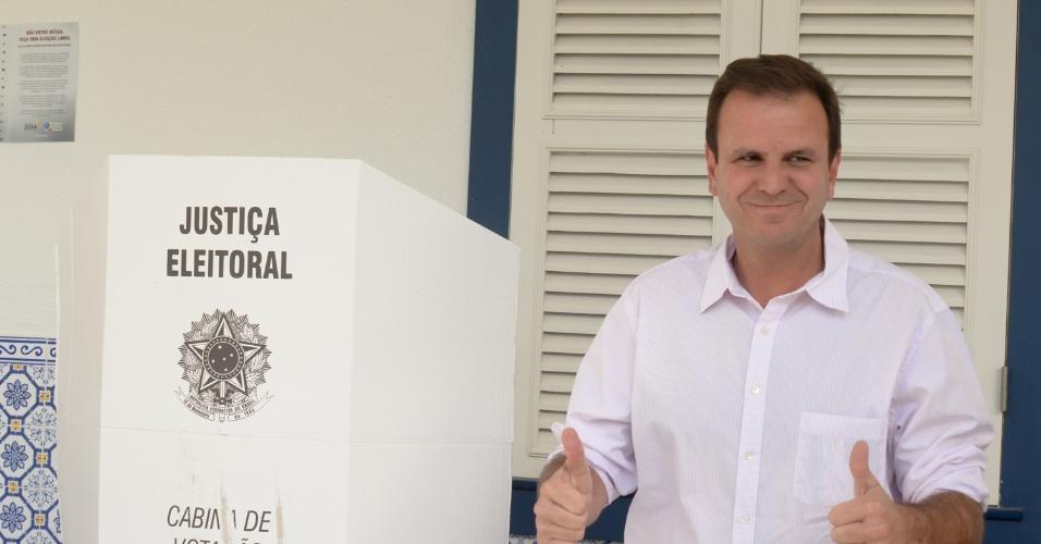 5.out.2014 - O prefeito do Rio de Janeiro, Eduardo Paes, votou no Country Club na manhã deste domingo (5) na Gávea, zona sul do Rio. Paes que é do PMDB apoia o candidato de seu partido Luiz Fernando Pezão