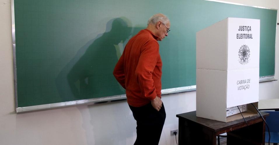 5.out.2014 - O senador Eduardo Suplicy (PT), candidato à reeleição, vota no Colégio Madre Alix, no Jardim Paulistano, em São Paulo, neste domingo (5)