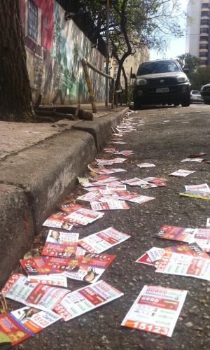 5.out.2014 - Panfletos de candidatos jogados na calçada e na rua em frente ao colégio Lycée Pasteur, local de votação na Vila Mariana, em São Paulo, neste domingo (5)