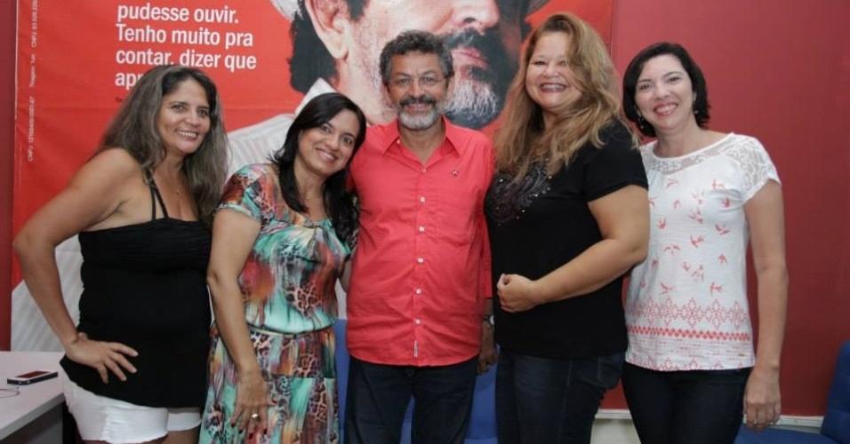 5.out.2014 - Paulo Rocha (PT) posa com eleitores após ser eleito neste domingo (5) como senador pelo Pará. Em sua página no Facebook, o petista agradeceu os votos e afirmou que a eleição aumenta a