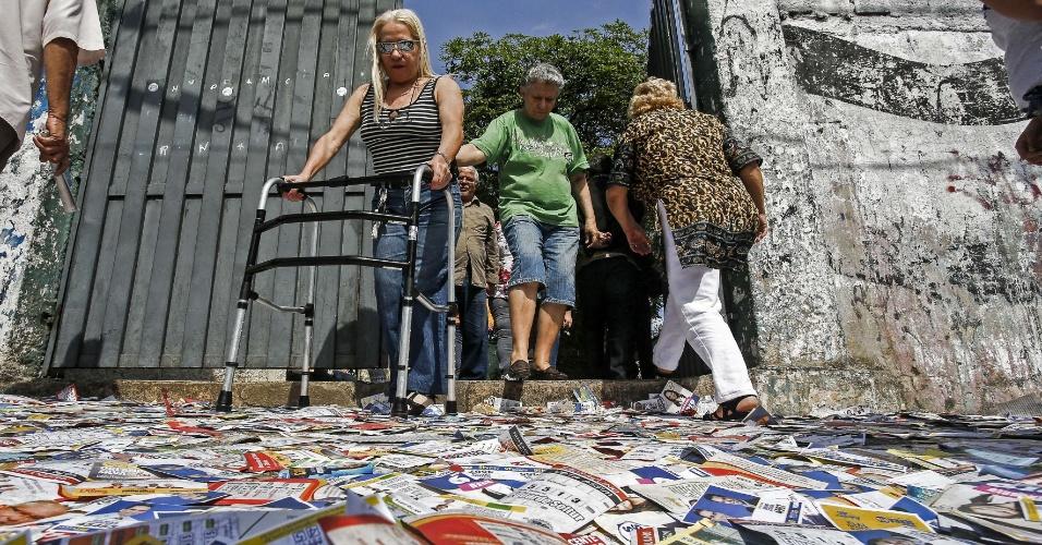 5.out.2014 - Pessoas com mobilidade reduzida enfrentam dificuldades nas eleições desde domingo (5) em São Paulo, por causa do lixo eleitoral. Santinhos se acumulam e formam um tapete escorregadio e difícil de cruzar