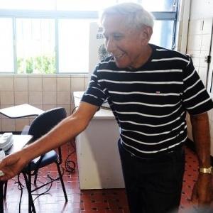 Primeiro eleitor do DF faz questão de votar - Marcello Casal Jr/Agência Brasil