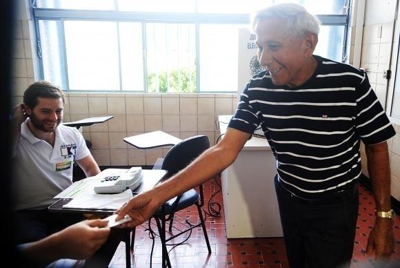5.out.2014 - Primeiro eleitor do Distrito Federal, Luiz Gonzaga, 76 anos, comparece às urnas neste domingo
