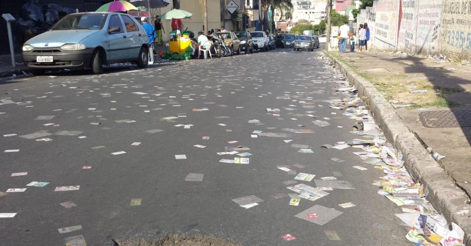 5.out.2014 - Santinhos de candidatos tomam rua em frente a local de votação,  na cidade de Contagem, na região metropolitana de Belo Horizonte